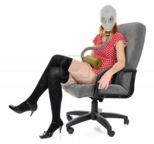 8016738-la-jeune-fille-assise-dans-un-fauteuil-avec-masque-a-gaz-regardant-camera